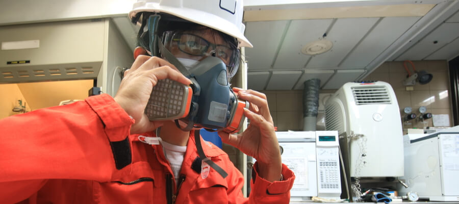 worker wearing a respirator mask, industrial hygiene concept, properly fitting mask to stay healthy in the workplace
